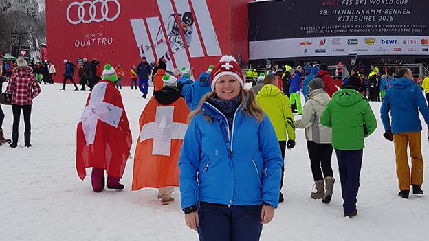 Publikum im Zielraum bei einem Skirennen.