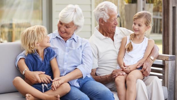 Grosseltern mit ihren Enkelkindern.