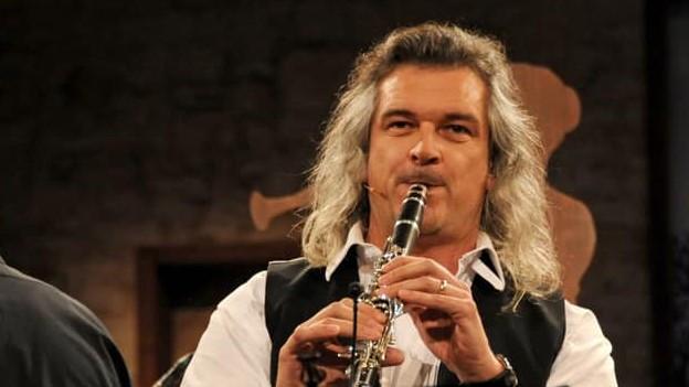 Dani Häusler spielt Klarinette in der Fernsehsendung «Potzmusig».