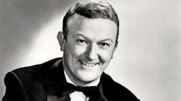 Schwarz-Weiss-Fotografie mit dem Porträt eines Musikers.