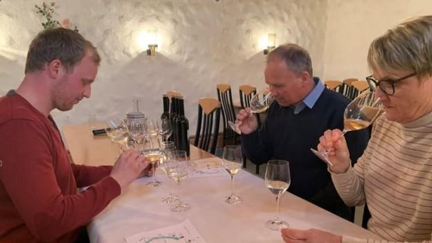 Christian Herzog, seine Frau Monika und sein Sohn Manuel degustieren den Wein.