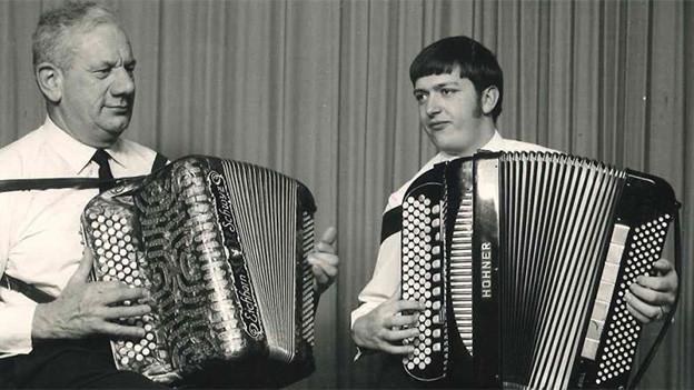 Schwarz-Weiss-Fotografie von zwei Akkordeonisten.