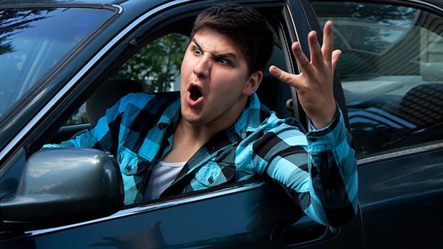 Ein aufgebrachter junger Autofahrer.