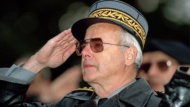 Ein Mann in Militäruniform.