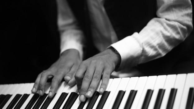 Jemand spielt Klavier.
