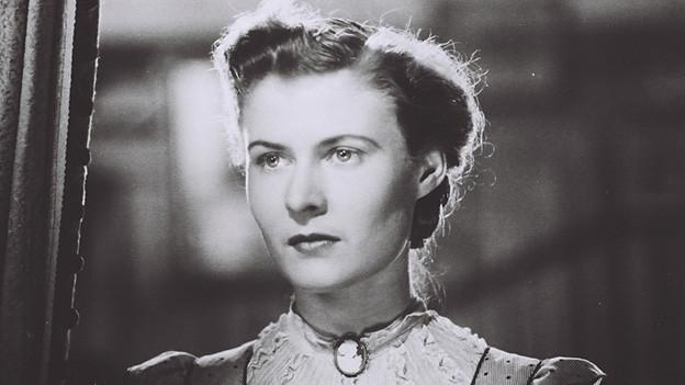 Eine junge Frau mit hochgesteckten Haaren.