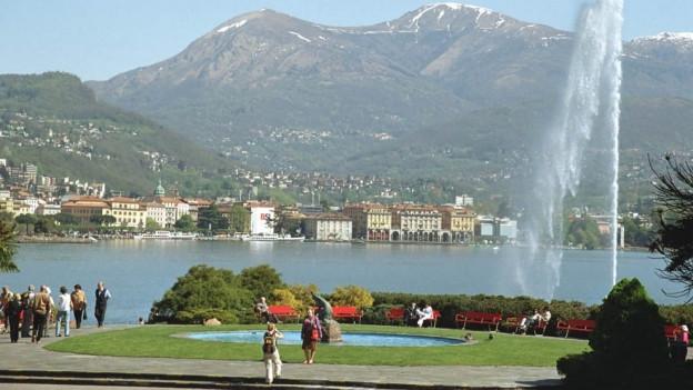 Lugano mit See und Bergen.