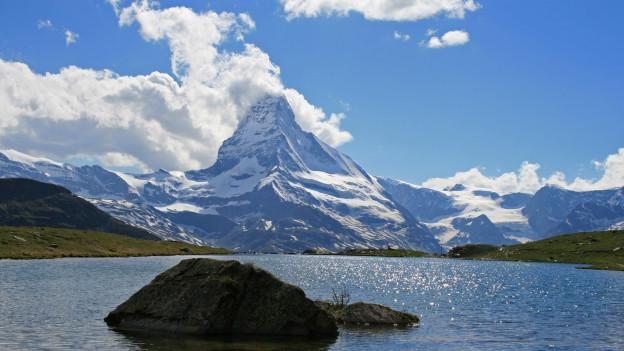 Das Matterhorn mit Wolken.