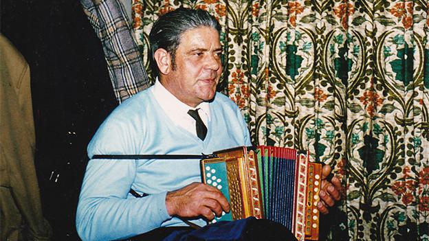 Ein Akkordeonist in einer Gaststube.