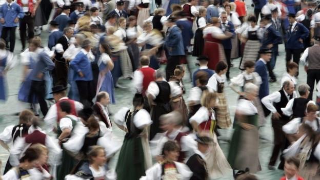 Viele Leute tanzen.