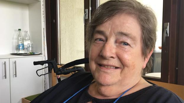 Eine ältere Frau im Rollstuhl.
