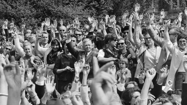 Frauen an der Landsgemeinde in Glarus im Jahr 1971.