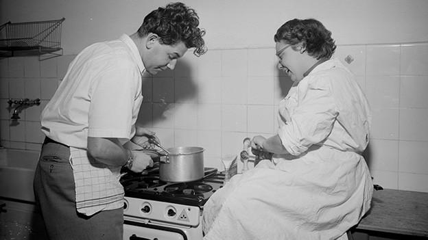 Ein junges Paar beim Kochen.