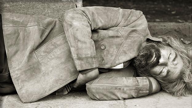 Ein schlafender Bettler.