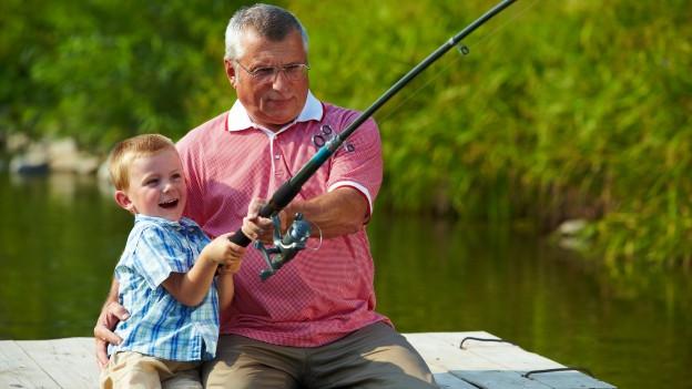 Opa und Enkel beim Fischen.