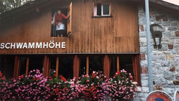 Ein Mann blickt aus dem Fenster eines Wirtshauses.