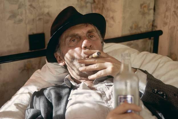 Harald Juhnke mit Zigarre im Mund.