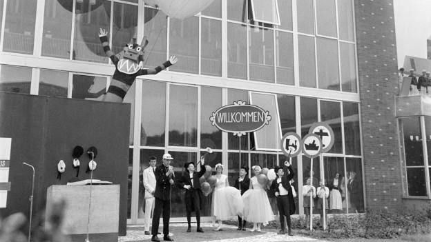 Eine Künstlertruppe tritt am 1. Juli 1959 an der Eröffnung des Verkehrshauses in Luzern auf.