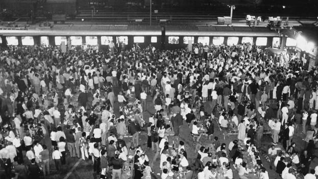 Viele Menschen beim Bahnhof Brugg.