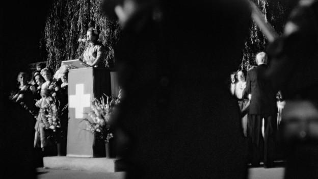 Erika Rikli hält am 1. August 1958 auf der Landiwiese in Zürich eine 1. August Rede.