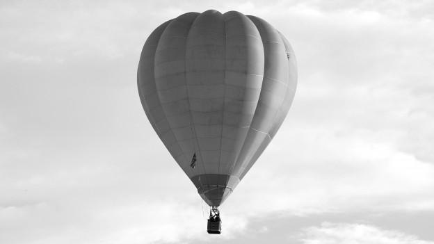 Ein Heissluftballon in der Luft.