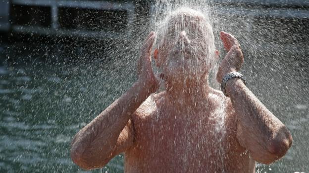 Senior nimmt kalte Dusche.