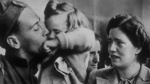 Ein Soldat verabschiedet sich von Tochter und Ehefrau.