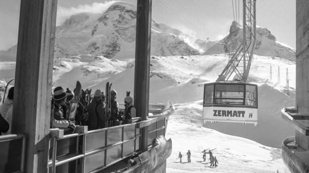 Die Gondel- und Luftseilbahn auf das 3817 Meter hohe Klein Matterhorn.