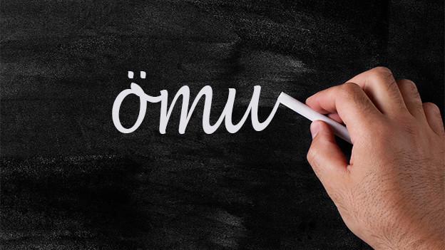 Schreibtafel mit dem Wort ömu.
