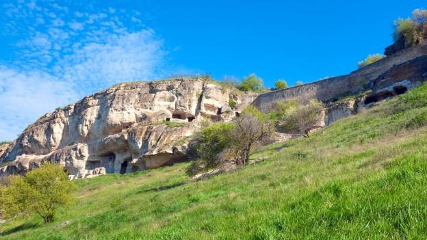 Ein Fels auf einem steilen Stück Land.