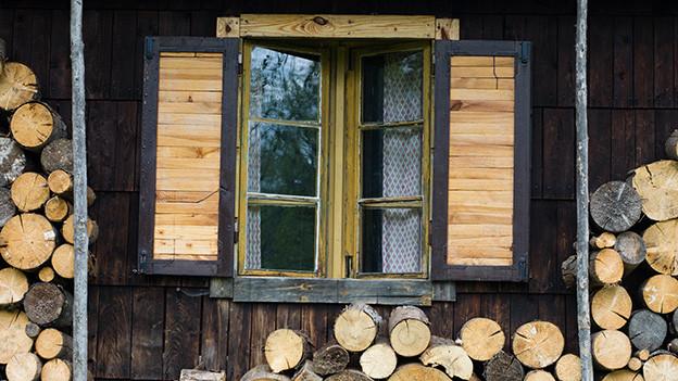 Fenster von einem alten Holzhaus.