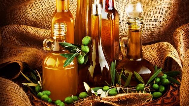 Verschiedene Flaschen mit Salatöl.