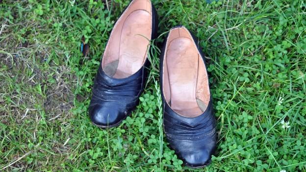 Zwei Schuhe stehen auf einer Wiese.