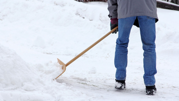 Jemand schufelt den Schnee weg.