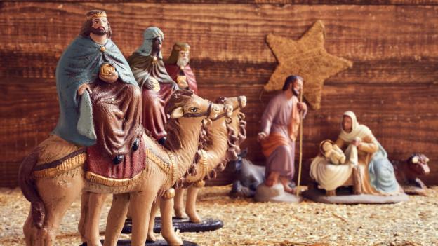 Die heiligen drei Könige sitzen auf ihrem Kamel.