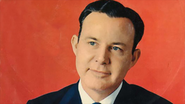 Jim Reeves auf seinem Plattencover vor rotem Hintergrund.