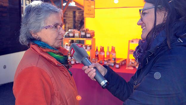 Zwei Frauen beim Interview.