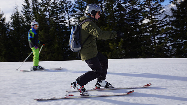 Ein Skifahrer auf Telemark-Skiern.