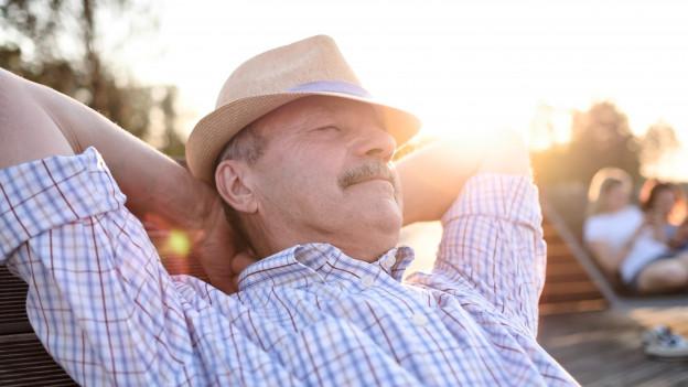 Ein Mann sonnt sich.
