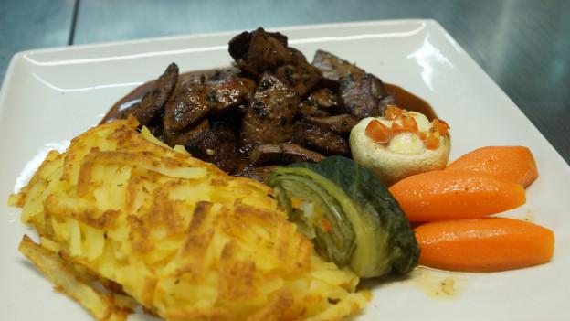 Kalbsleber mit Rösti und Gemüse.