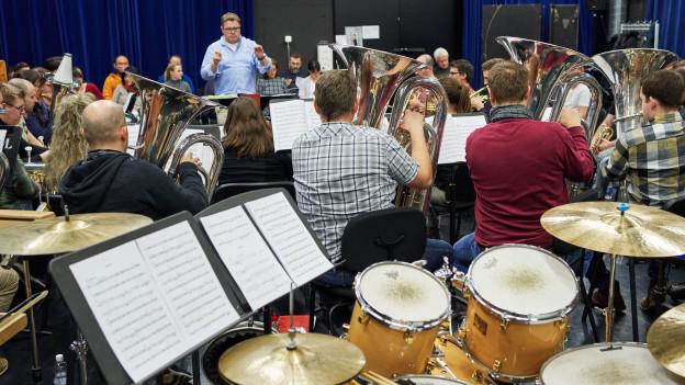 Die Brass Band Bürgermusik Luzern studiert auf der Probebühne des Luzerner Theaters die Brass-Oper «Dschungel» ein.