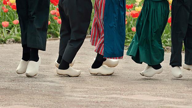Menschen mit Holzschuhen am tanzen.