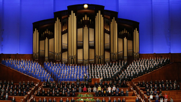 Chor steht vor Orgel auf grosser Empore.