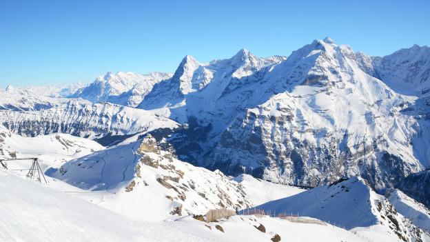 Berge mit Schnee und blauer Himmel.