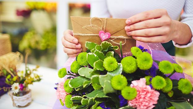 Ein Brief und Blumen.