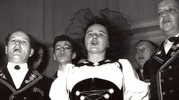 Vreni Kneubühl singt mit dem Ämmitaler-Chörli Burgdorf, 1956.