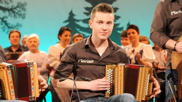 Florian Schuler spielt Schwyzerörgeli.