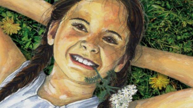 Junges Mädchen liegt im Gras.
