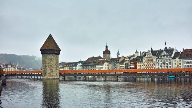 Die Reuss fliesst durch die Stadt Luzern.