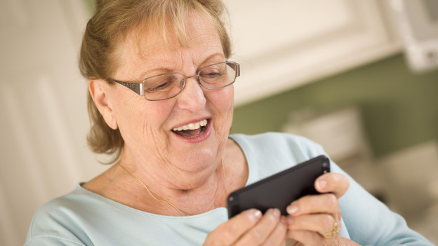 Seniorin beim Videotelefonieren mit Handy.